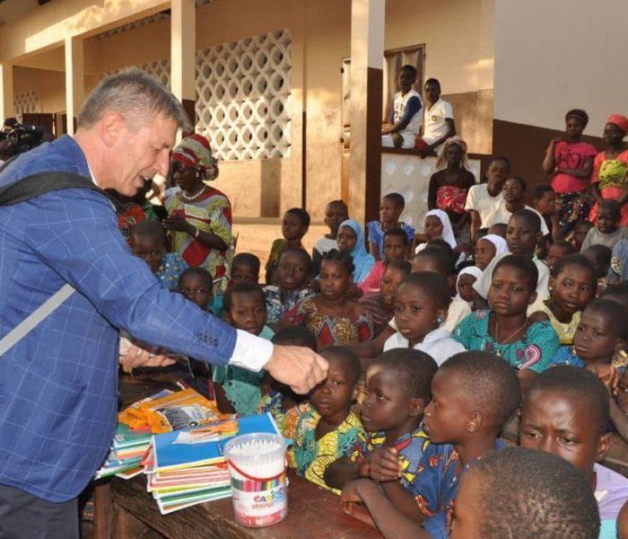 Sotto l'albero una scuola per il Bénin